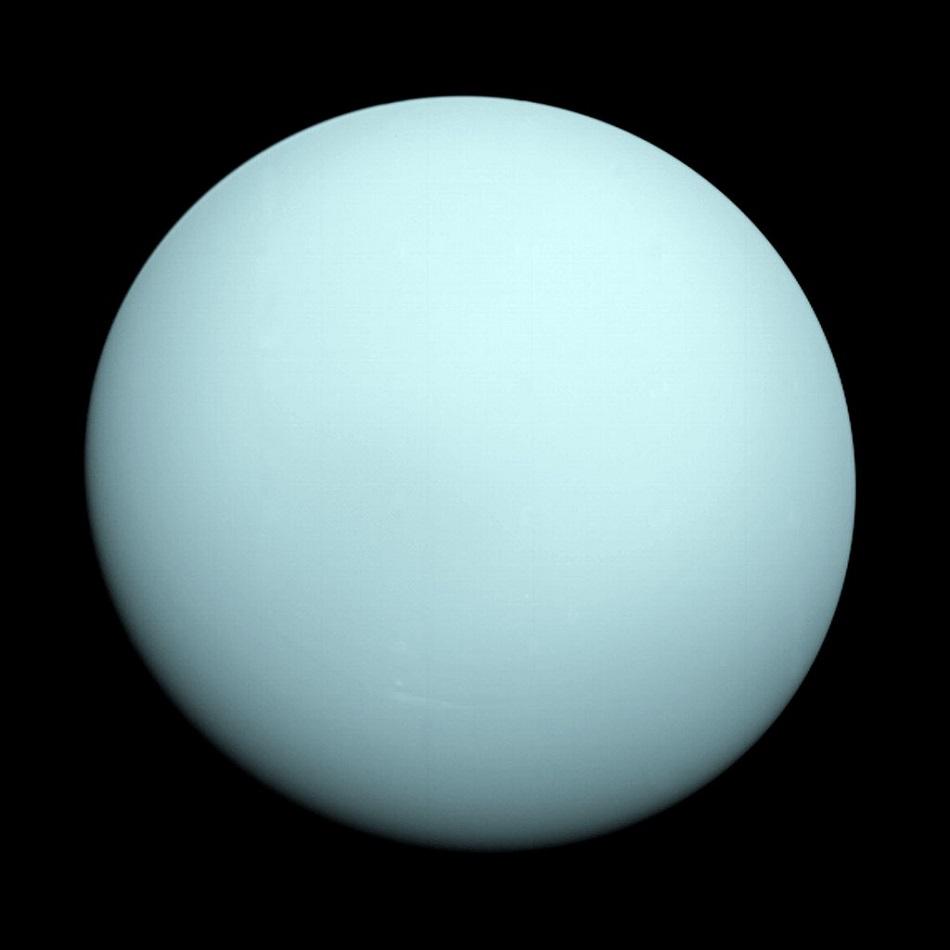 Planeta Uran na snímku sondy Voyager z roku 1986 (NASA/JPL-Caltech, Public domain, via Wikimedia Commons).