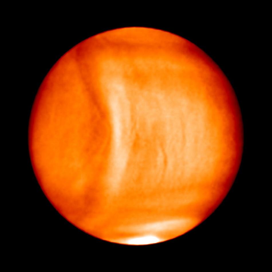 V levé části obrázku vidíme zřejmě stojatou vlnu v atmosféře Venuše (foto Planet-C/Akatsuki).