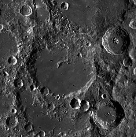 Von Kármánův kráter o průměru 186 km poblíž měsíčního jižního pólu, LROC, Public domain, via Wikimedia Commons.
