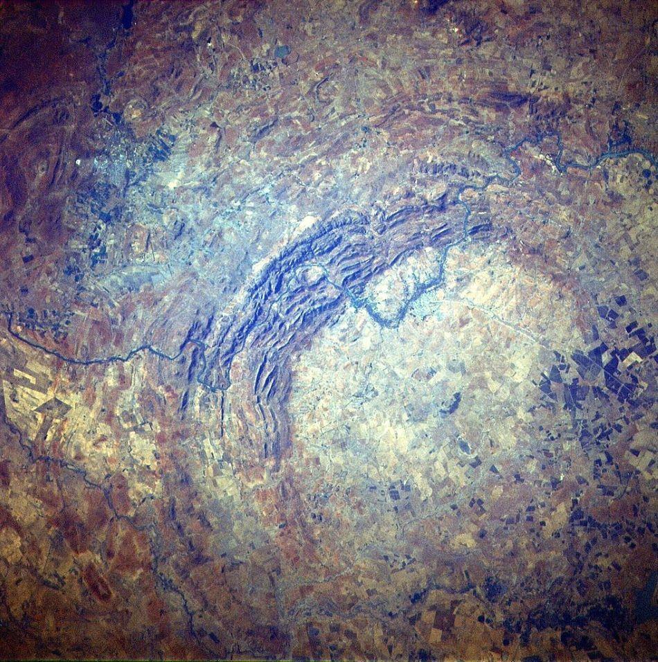 Družicový snímek střední části jihoafrického impaktního kráteru Vredefort, zvané Vredefort Dome, foto Júlio Reis (User:Tintazul) [Public domain].