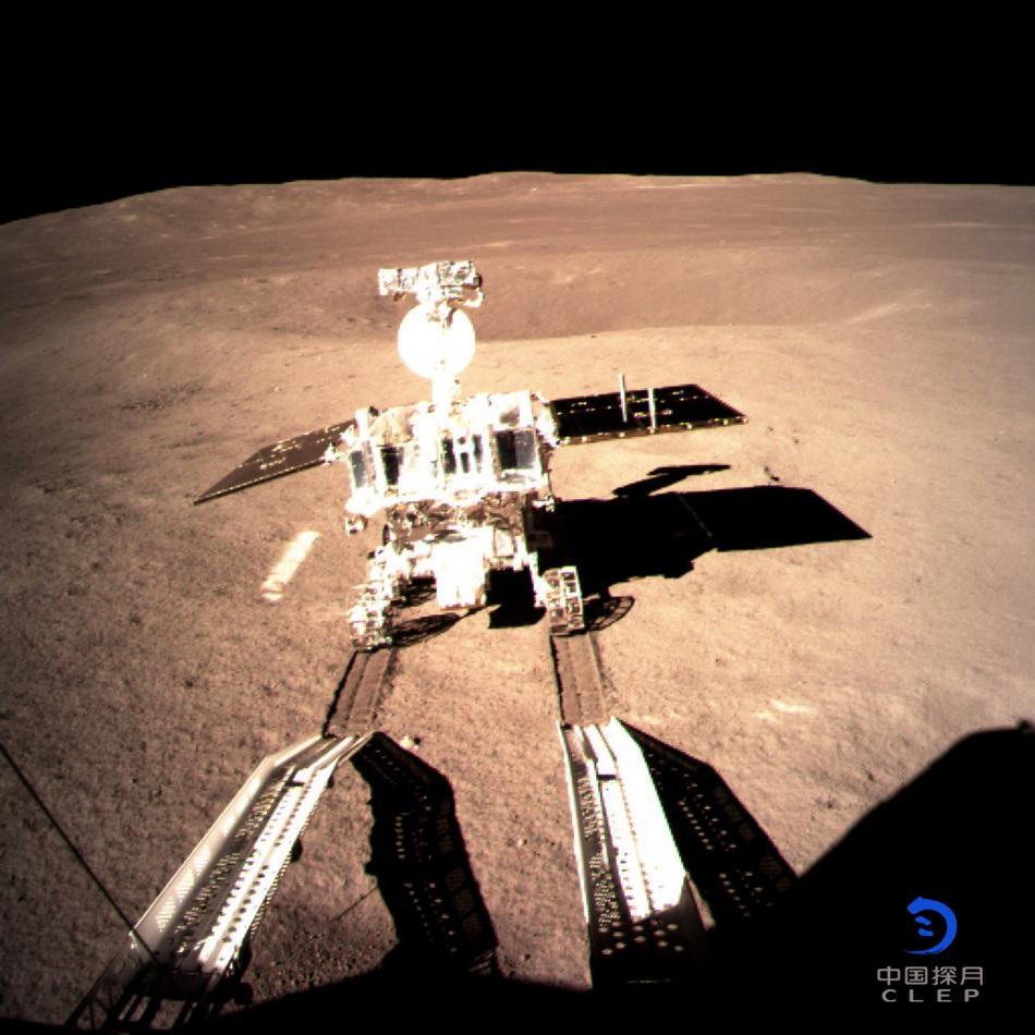 Čínské průzkumné vozítko Tyrkysový Kralík 2 (Yutu 2) sjíždí z rampy kosmického plavidla Cheng'e 4 na odvrácené straně Měsíce.
